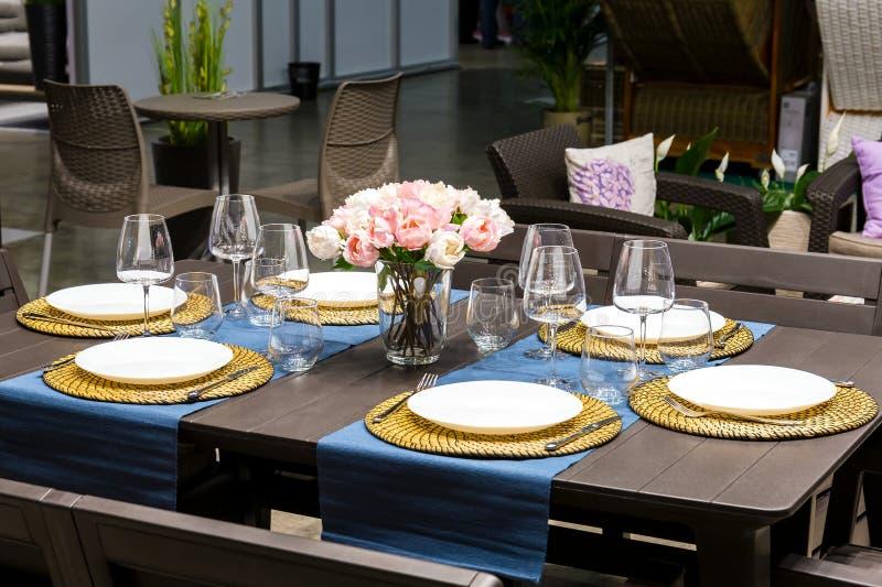 La tabla en el restaurante sirvió para la cena imagen de archivo