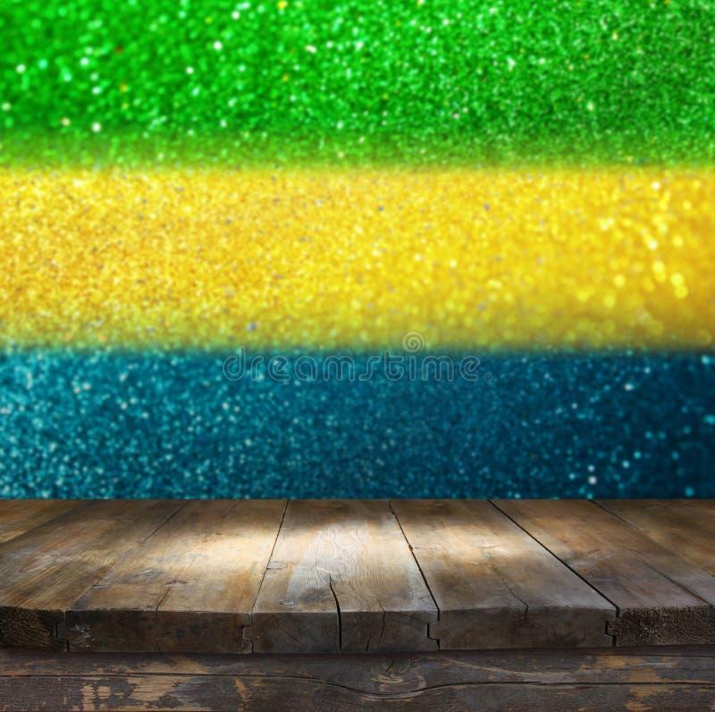 La tabla vacía delante del brillo abstracto se enciende con el fla del Brasil imagenes de archivo