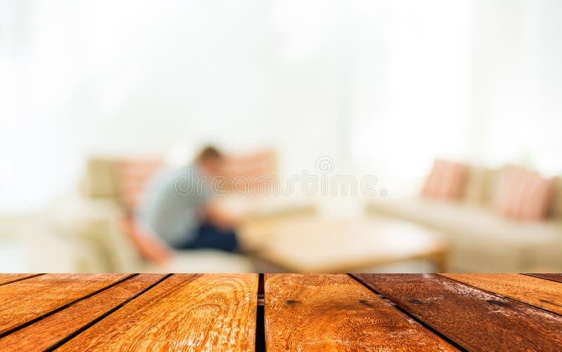 La tabla y la cafetería de madera vacías empañan el fondo con el imag del bokeh foto de archivo libre de regalías
