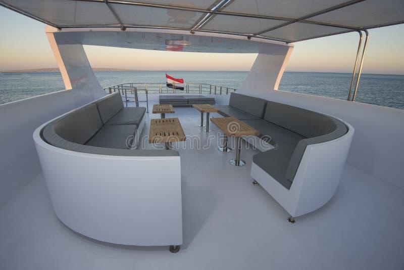 La tabla y las sillas en sundeck de un motor de lujo navegan imagen de archivo libre de regalías