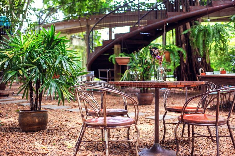 La tabla y la silla son al aire libre en cafetería imagen de archivo