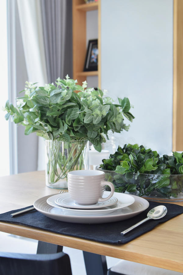 La table élégante a placé dans la salle à manger de style moderne photo stock