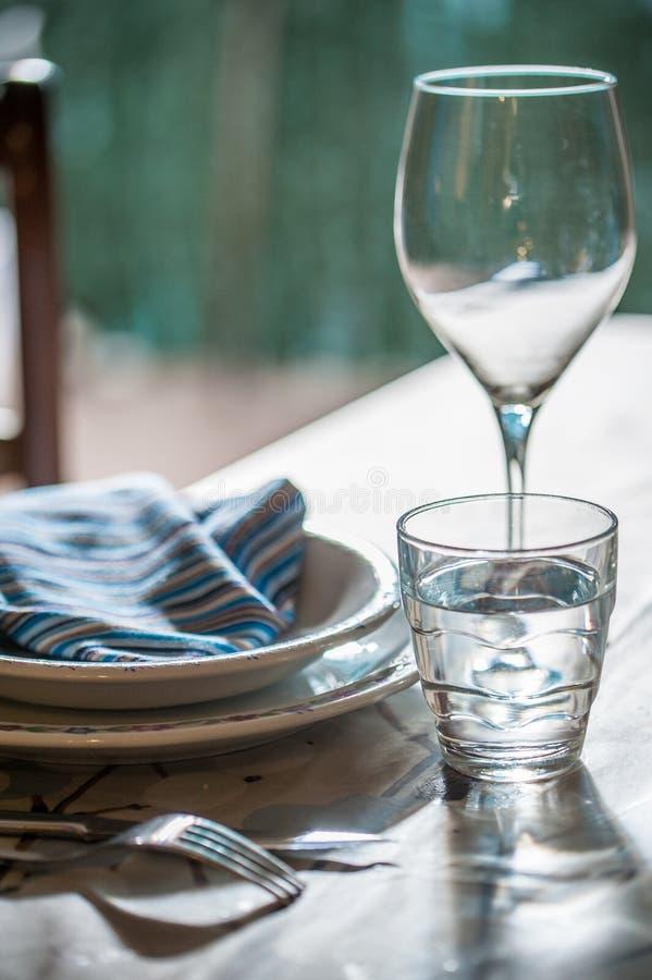 La table élégante a placé pour dinning avec les plats blancs de porcelaine, vinta photos stock