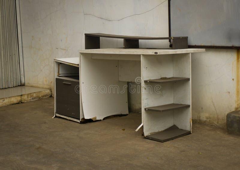 La table cassée a abandonné à l'extérieur du bâtiment Jakarta rentré par photo Indonésie images libres de droits
