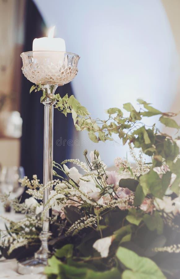 La table de banquet de luxe a placé avec la décoration riche des roses crèmes de fleurs, oeillet rose, eustoma blanc haut, bougie photographie stock libre de droits