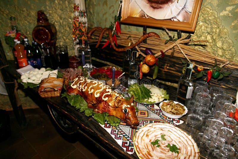 La table de buffet avec les casse-croûte froids images stock