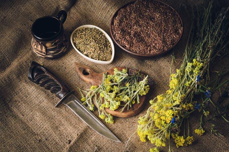 La table de cuisine rustique est salie avec des herbes, des graines et des épices Ingrédients pour la sauce nationale traditionne photo libre de droits
