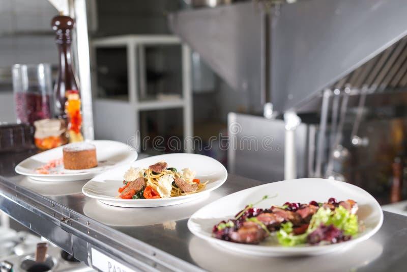 La table de distribution dans la cuisine du restaurant images stock