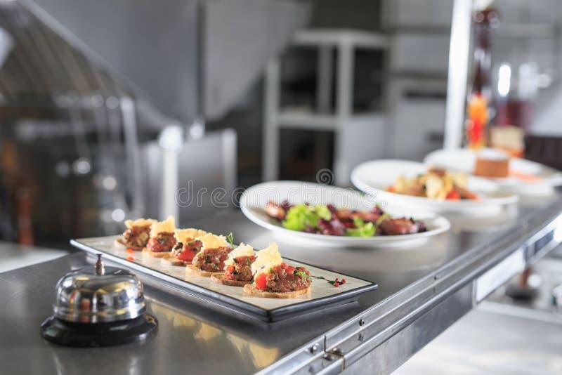 La table de distribution dans la cuisine du restaurant photos libres de droits
