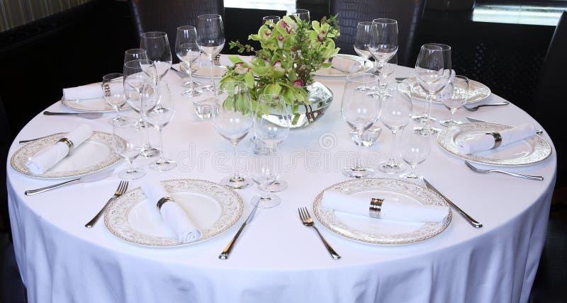 La table de fantaisie a placé pour un dîner photographie stock libre de droits
