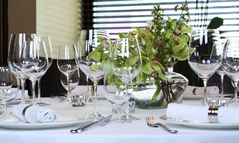 La table de fantaisie a placé pour un dîner photo stock