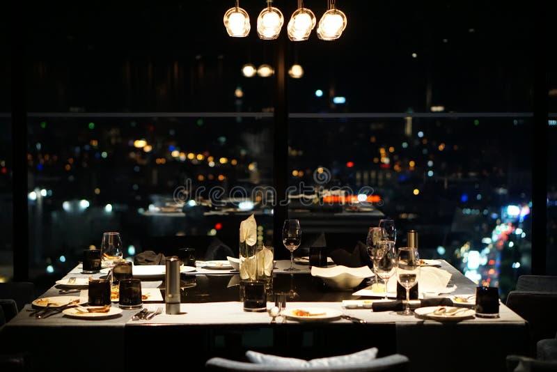 La table de nourriture du dîner après table de dîner romantique photographie stock libre de droits