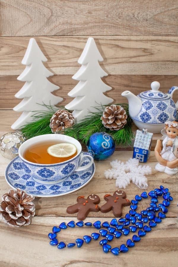 La table de nouvelle année avec des branches et des décorations de sapin sur un fond en bois Thé de Noël avec des biscuits, pain  photographie stock libre de droits