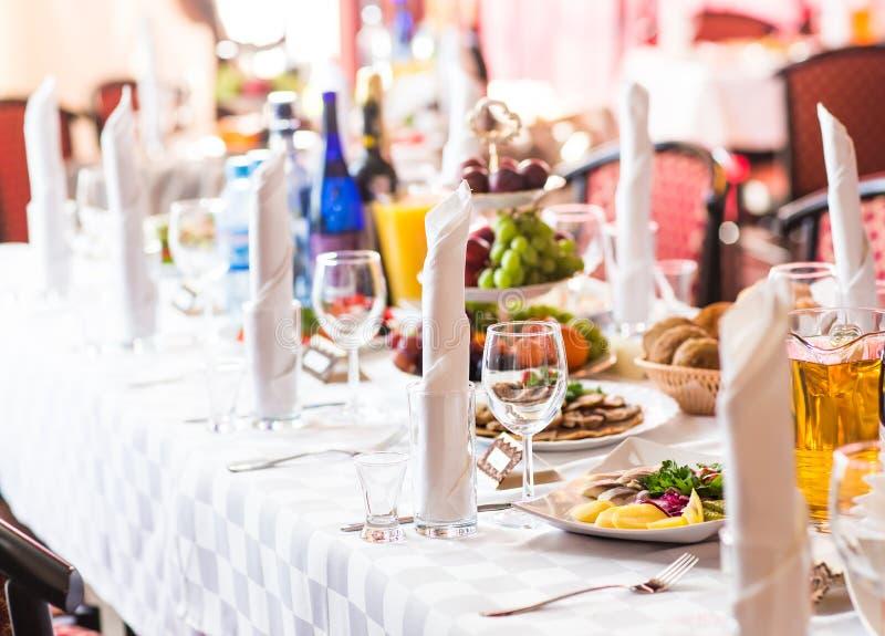 La table de portion s'est préparée à la partie ou au mariage d'événement photo libre de droits