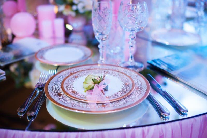 La table de portion s'est préparée à la partie ou au mariage d'événement image stock