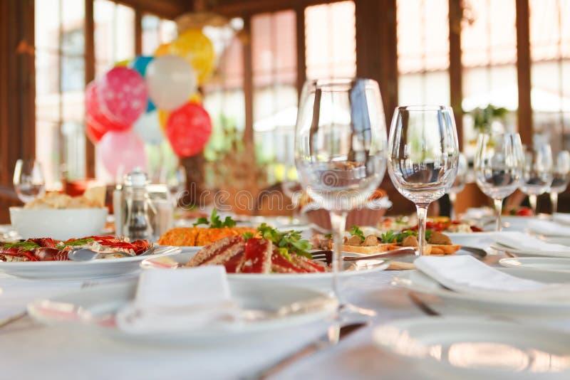 La table de portion s'est préparée à la partie ou au mariage d'événement image libre de droits