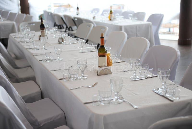 La table de portion s'est préparée à la partie ou au mariage d'événement intérieur lumineux images libres de droits