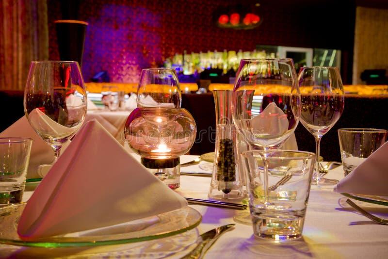 La table de restaurant a placé pour le dîner image libre de droits