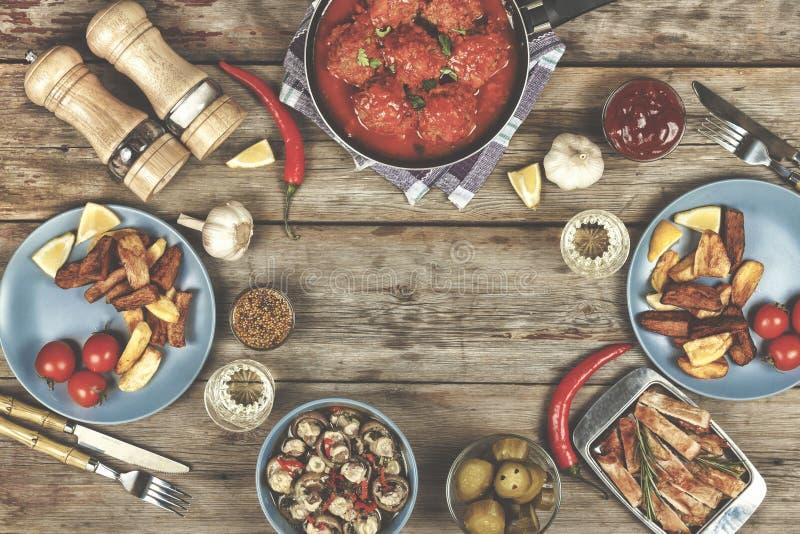 La table de salle à manger, boulettes de viande, pomme de terre cuite au four coince, ketchup, spac de copie photographie stock libre de droits
