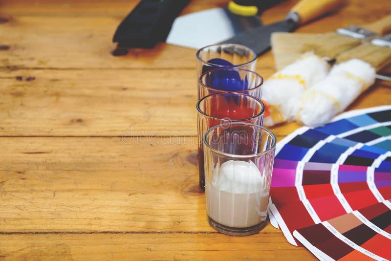 La table de travail de peintre et de décorateur avec la maison projettent, colorent le swatc image stock