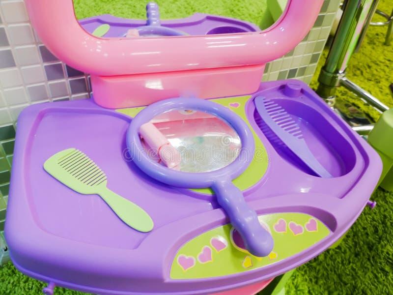 La table des enfants pour la coloration de cheveux et de l?vre, le maquillage des enfants Le r?ve de jeunes beaut?s photo libre de droits