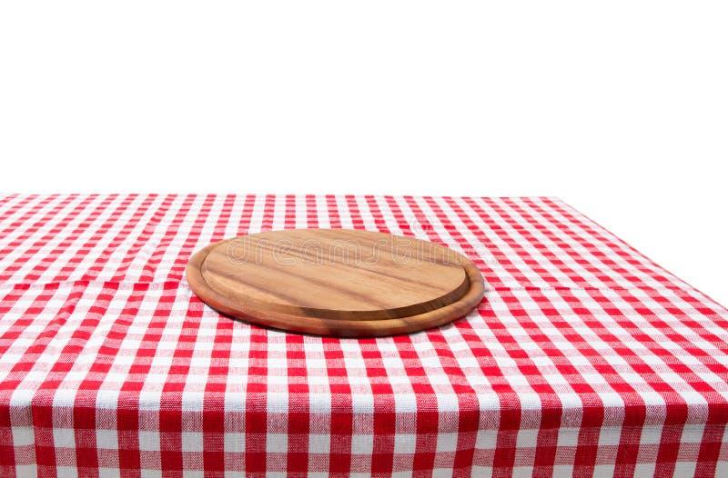 La table en bois de vieux cru de Brown a encadré la planche à découper à carreaux rouge de nappe et de pizza sur le fond blanc th image libre de droits