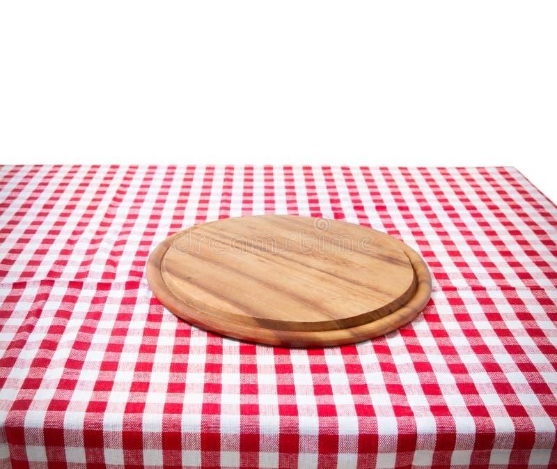 La table en bois de vieux cru de Brown a encadré la planche à découper à carreaux rouge de nappe et de pizza sur le fond blanc th photos libres de droits