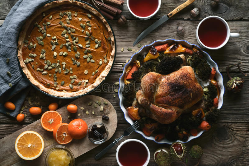 La table en bois a servi à la vue supérieure de dîner de thanksgiving photos libres de droits