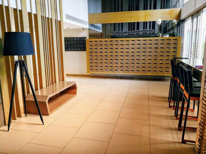 La table et les chaises de attente ont placé au lobby photos stock