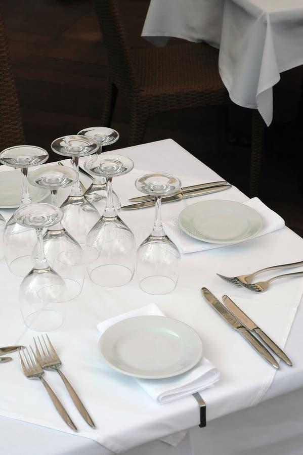 La table libre de restaurant sur la rue s'est préparée au déjeuner image stock