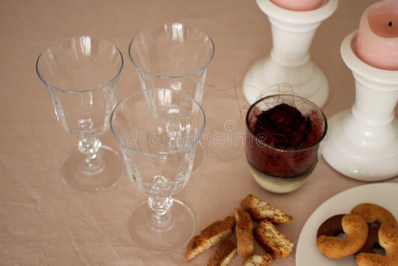 La table romantique de dimanche avec des verres, s'est levée, des biscuits et des bougies images libres de droits