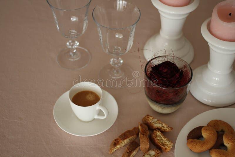 La table romantique de dimanche avec des verres, s'est levée, des biscuits et des bougies photos libres de droits