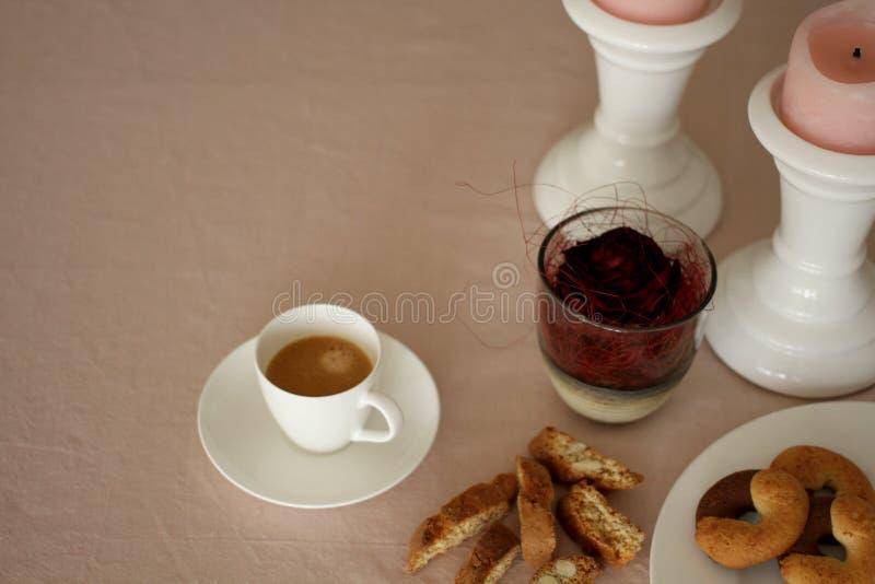 La table romantique de dimanche avec du café, s'est levée, des biscuits et des bougies photo stock