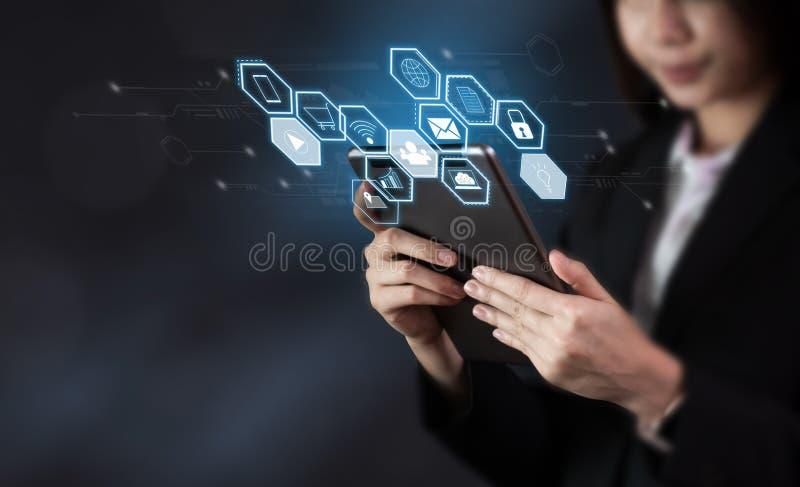 La tableta y la demostración de la tenencia de la mujer de negocios firman el icono de la tecnología fotos de archivo