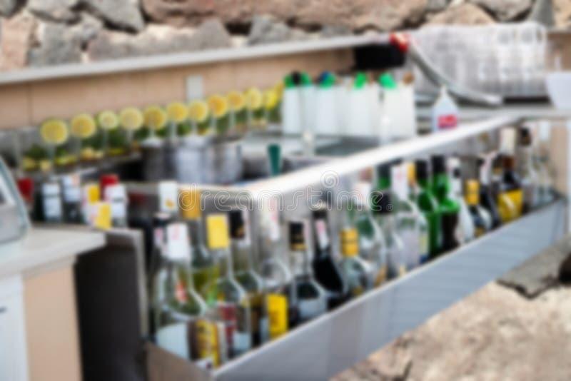 La tache floue et le plan rapproché abstraits des boissons d'alcool met le backgroun en bouteille photos stock