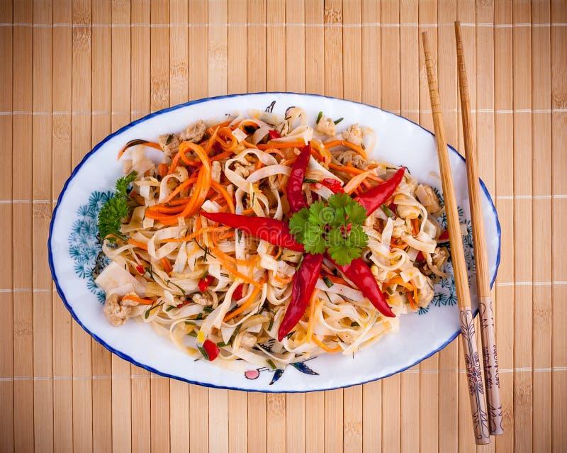 La tagliatella di riso asiatica con la carne del pollo ed il peperoncino rosso star fotografia stock
