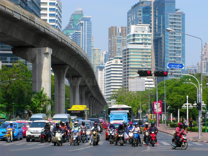 La Tailandia, Bangkok, strada principale, motociclisti, automobili, bus, BTS Skytrain fotografia stock