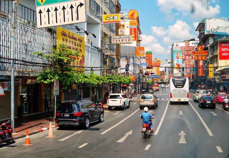 La Tailandia, Bangkok, via di Chinatown, segni, automobili, strada, traffico fotografia stock