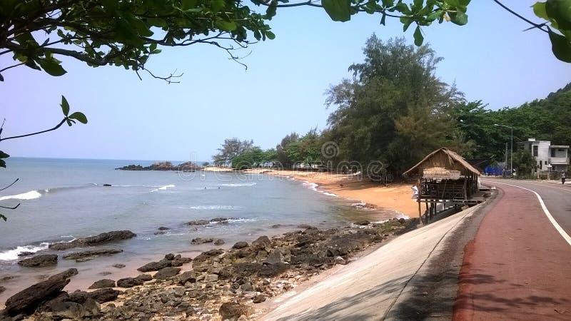 La Tailandia: Casa minuscola sulla vista della spiaggia immagini stock