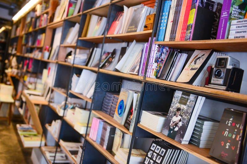 La Tailandia, il 20 marzo 2017:: libro per vendita in libreria immagini stock
