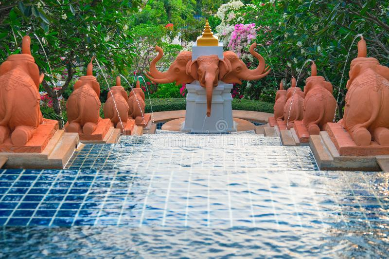 La TAILANDIA, PHUKET, il 17 marzo 2018 - fontana con le figure degli elefanti che emettono un getto di acqua fotografia stock