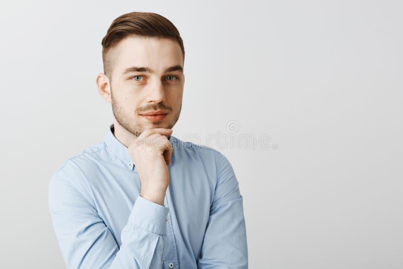 La taille- a tiré du patron masculin créatif intelligent dans la chemise bleue formelle étant main se tenante ambitieuse et optim photo stock