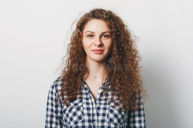 La taille vers le haut du portrait de la femelle magnifique a la coiffure bouclée habillée en passant, d'isolement au-dessus du f photos libres de droits