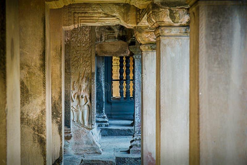 La talla de Apsara adorna en el pilar de la piedra arenisca de Angkor Wat, Cambo fotos de archivo