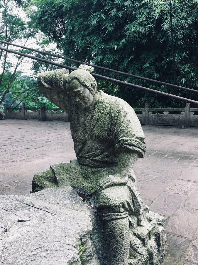 La talla de piedra del granjero que está pensando en cómo jugar a ajedrez fotografía de archivo