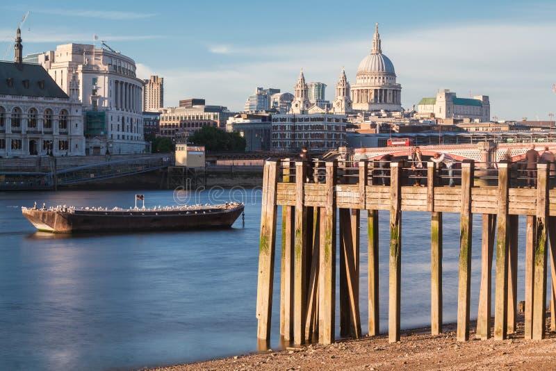 La Tamise et St Paul Cathedral London images libres de droits