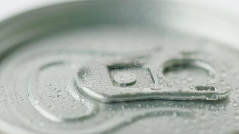 La tapa de la poder de aluminio de la bebida carbónica se cubre con las gotitas del condensado Concepto de las bebidas frescas fotos de archivo libres de regalías