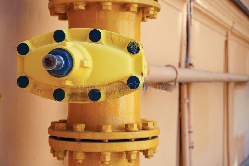 La tapa del depósito en el tubo Un tubo de gas largo insertado en la tierra tiene un tapón antipolvo giratorio en el top para pro foto de archivo libre de regalías