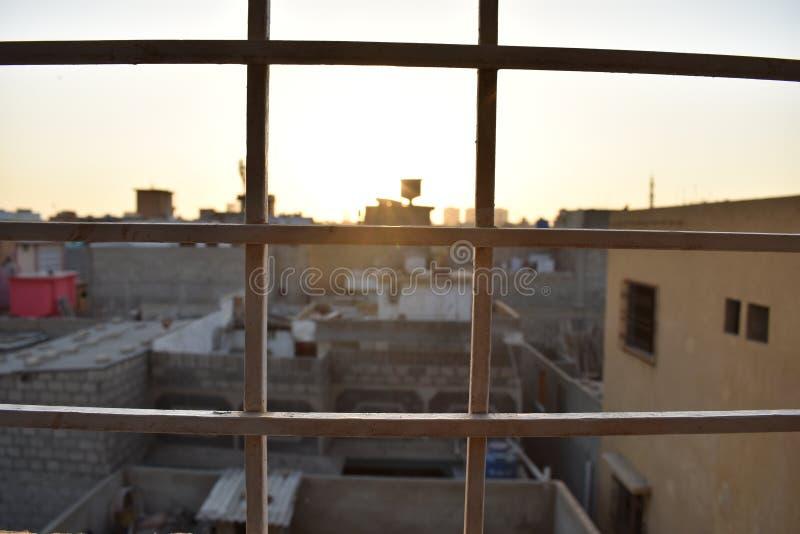 La tarde mide el tiempo de la pequeña opinión de la ciudad fotos de archivo