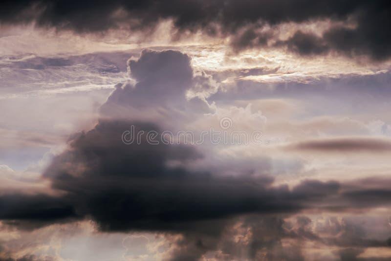 La tarde se nubla la formación imagenes de archivo